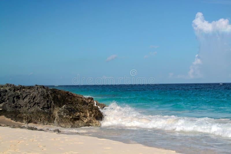 Beleza natural de Bermuda Vista de surpresa em uma praia cor-de-rosa da areia, em uma paisagem de pedra e em um oceano azul fotos de stock