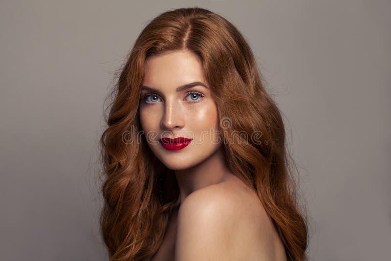 Beleza natural Menina europeia do ruivo com cabelo vermelho e pele bronzeada saudável com sardas imagens de stock