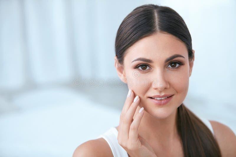 Beleza natural Mulher com cara bonita, pele saudável macia imagens de stock