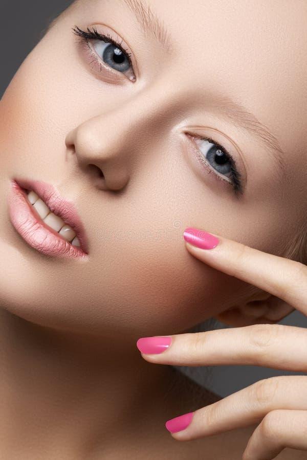 Beleza natural, pele macia limpa, manicure em pregos imagens de stock