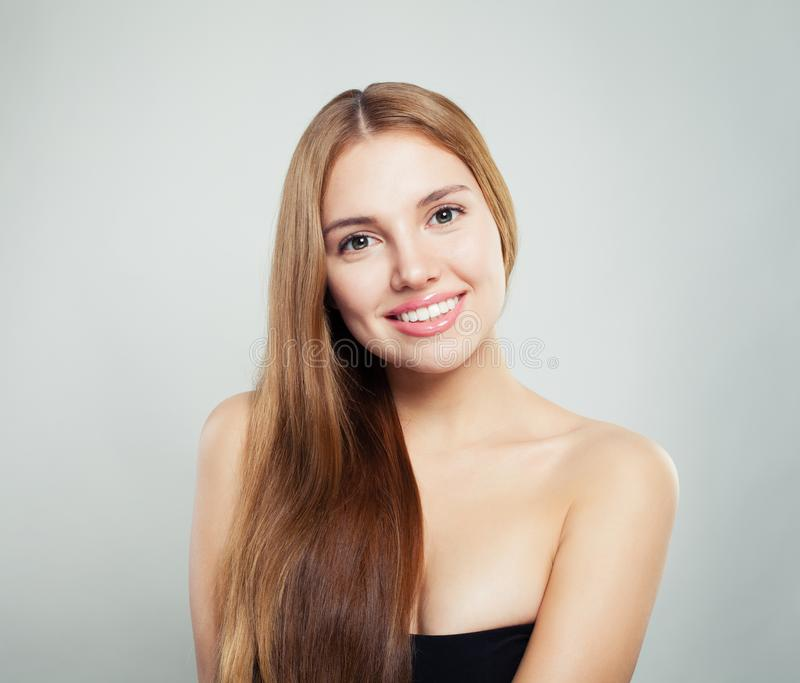 Beleza natural Retrato fêmea novo da cara Modelo com cabelo saudável e pele clara no fundo branco fotos de stock royalty free