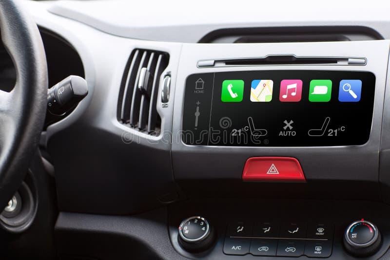 A beleza no carro e o toque jogam o auto sistema esperto imagens de stock