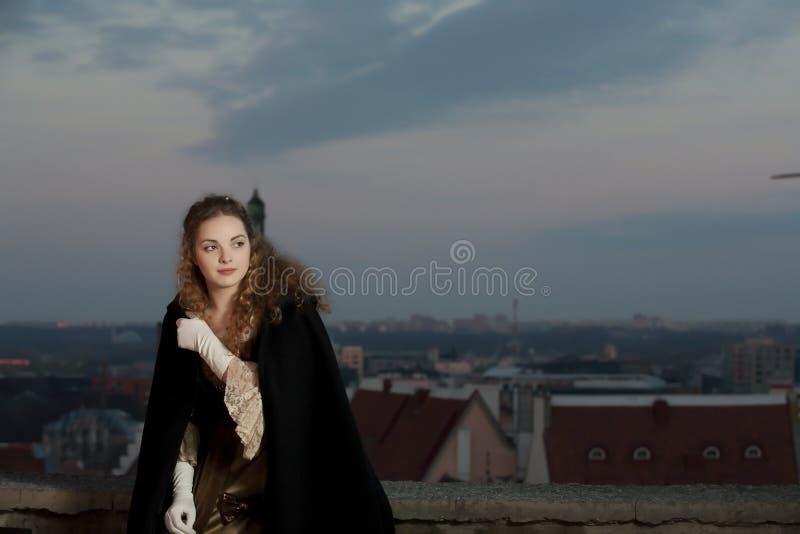 Beleza no vestido medieval foto de stock