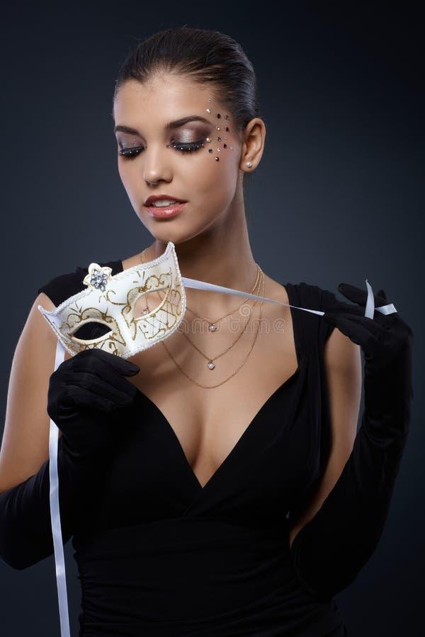 Beleza no vestido preto com máscara do carnaval foto de stock