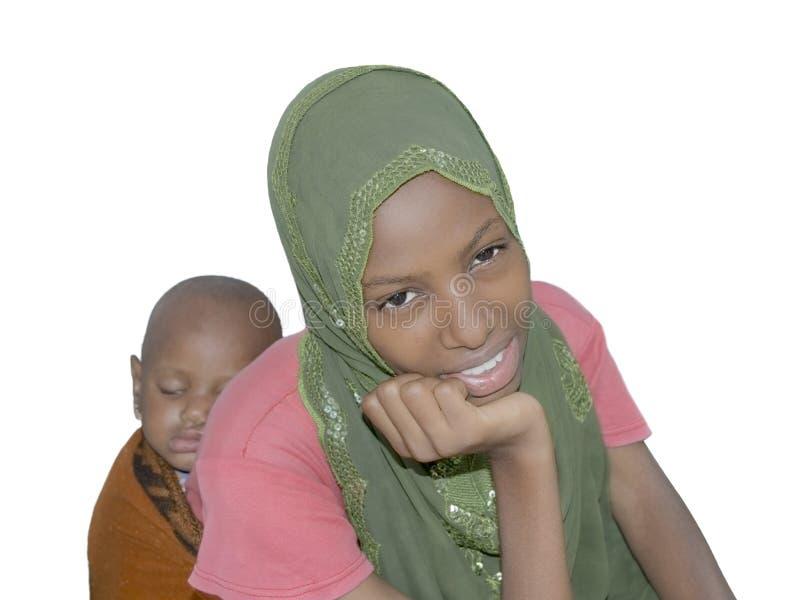Beleza nova do Afro que leva um bebê de sono nela para trás fotos de stock royalty free