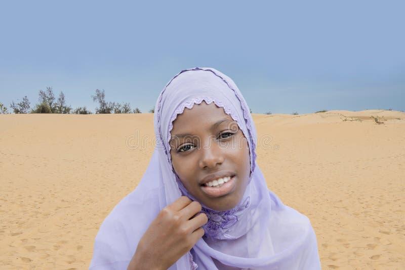Beleza nova do Afro que veste um véu bordado foto de stock