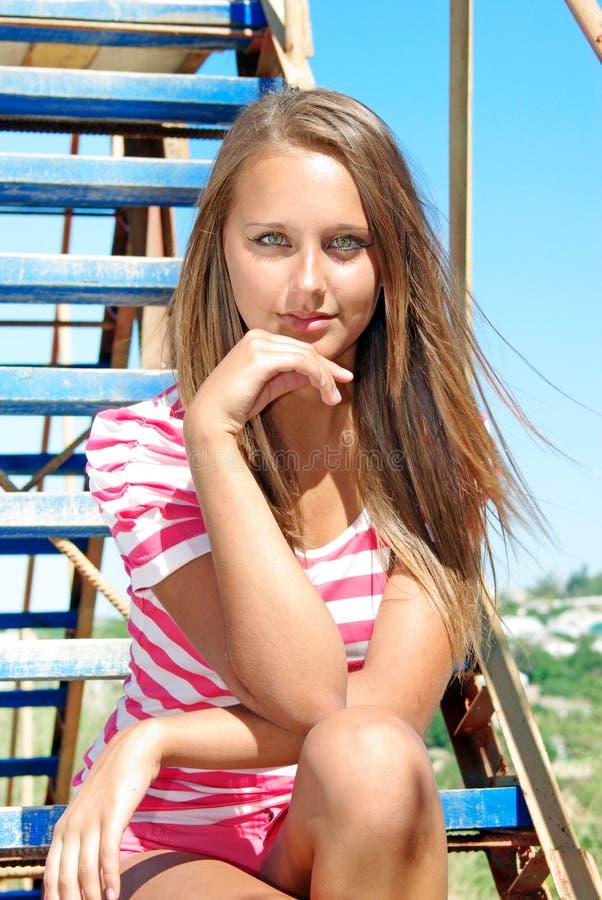 Beleza nova em uma escada fotos de stock royalty free