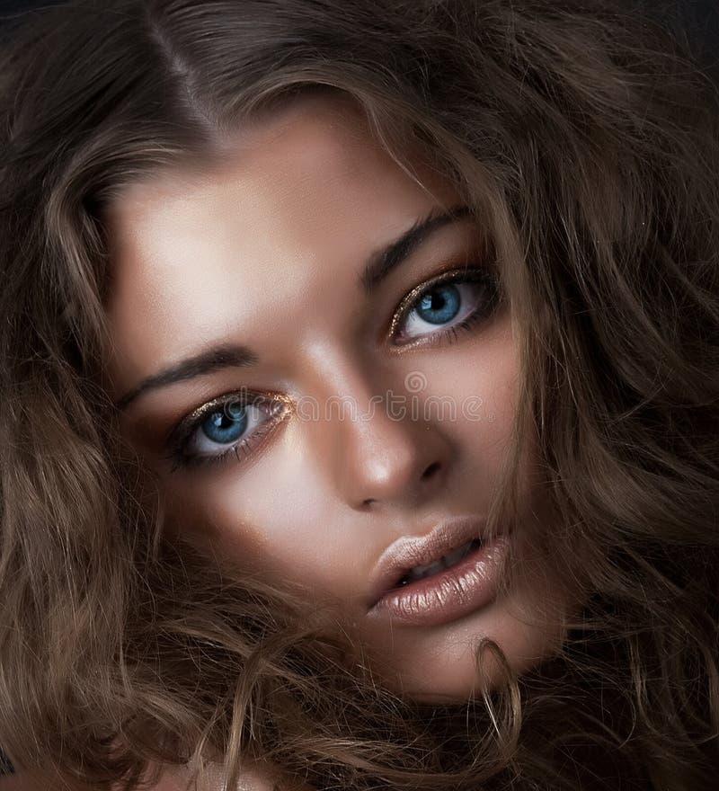 Beleza nova - menina bonita com olhos azuis chiques fotografia de stock