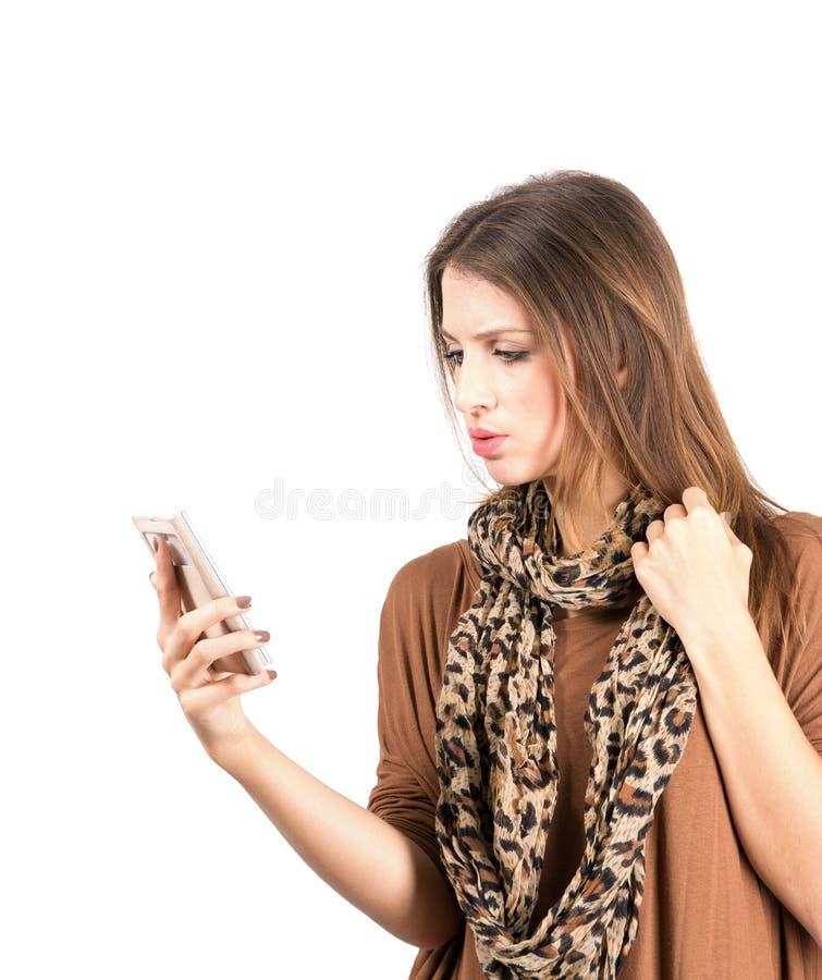 Beleza nova virada ao ler a mensagem no telefone celular fotografia de stock royalty free