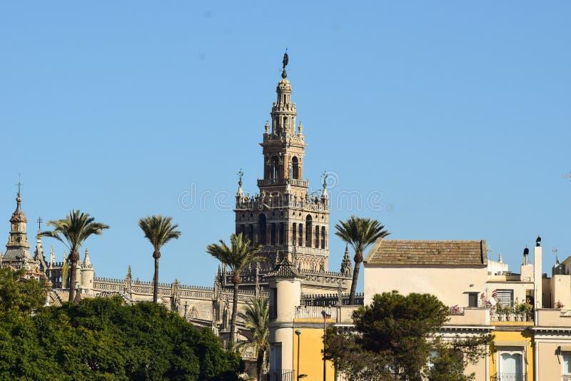 A beleza original da torre de Giralda nunca obtém despercebida em Sevilha imagens de stock