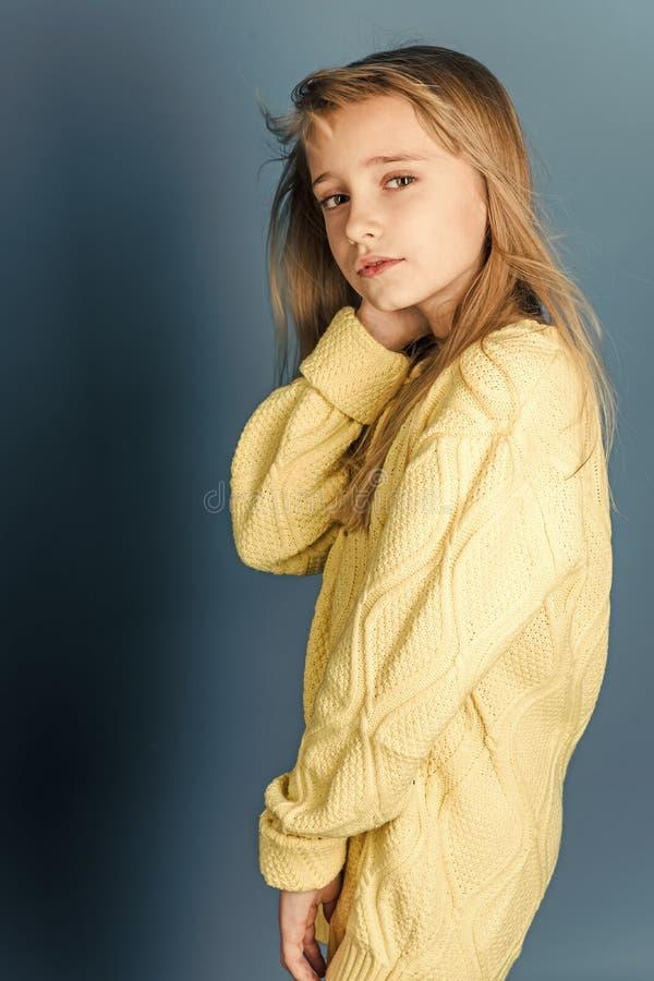 Beleza ou forma da criança com cosméticos e cabelo saudável Menina à moda com cara bonita Menina com cabelo longo fotografia de stock royalty free