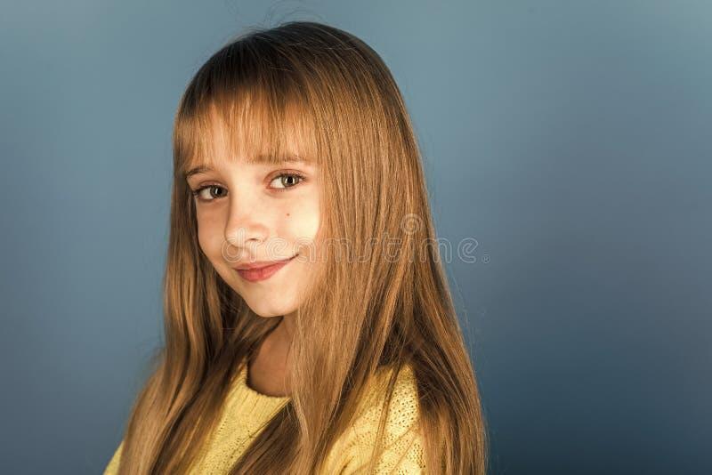 Beleza ou forma da criança com cosméticos e cabelo saudável Menina à moda com cara bonita Menina com cabelo longo imagem de stock