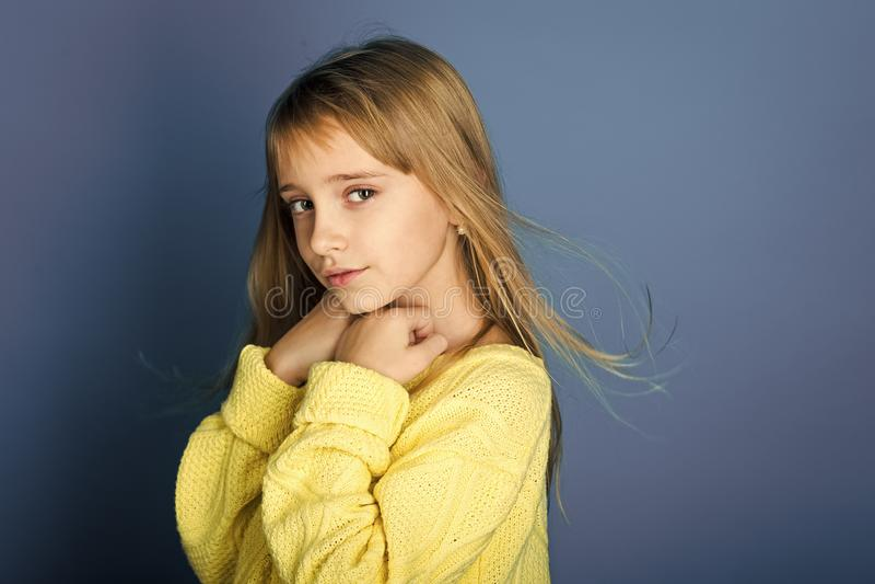 Beleza ou forma da criança com cosméticos e cabelo saudável Olhar do modelo e da beleza de forma Menina com cabelo longo fotos de stock royalty free