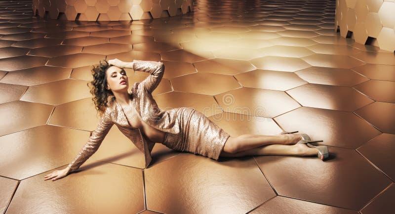 Beleza perfeita sobre o fundo do ouro imagens de stock royalty free