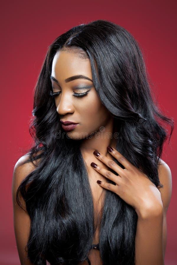 Beleza preta com cabelo encaracolado elegante fotos de stock royalty free