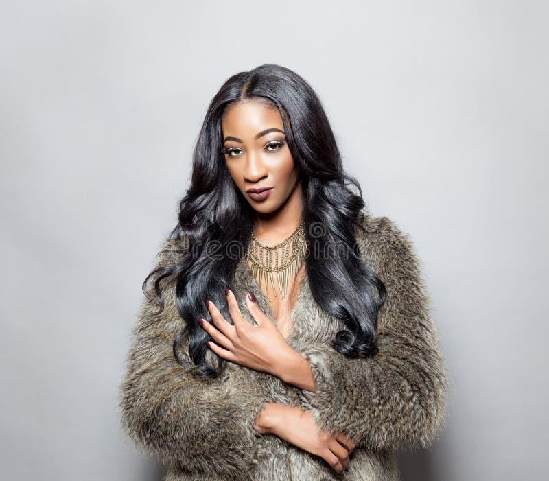 Beleza preta com cabelo encaracolado elegante fotografia de stock