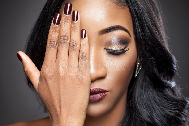 Beleza preta com cabelo encaracolado elegante fotos de stock