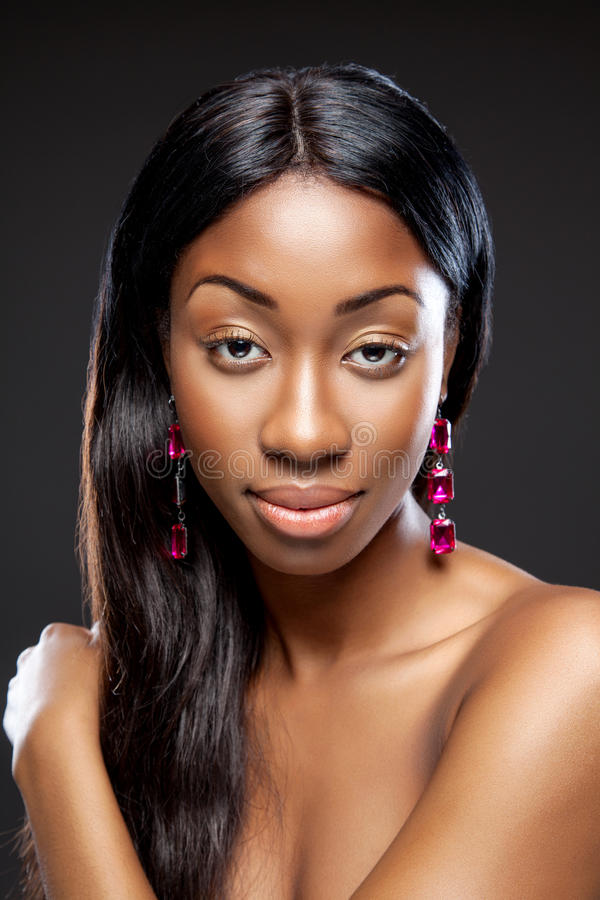 Beleza preta com cabelo escuro longo fotografia de stock