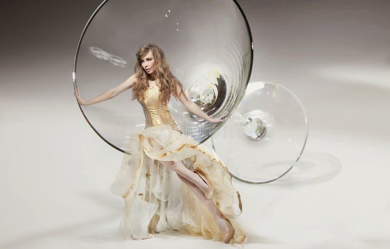 Beleza que senta-se no vidro de martini imagem de stock