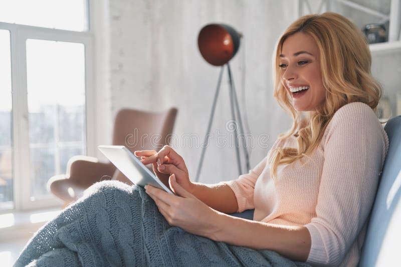 Beleza que surfa a rede Jovem mulher atrativa que usa a aba digital imagens de stock royalty free