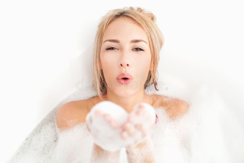 Beleza que toma o banho. fotos de stock