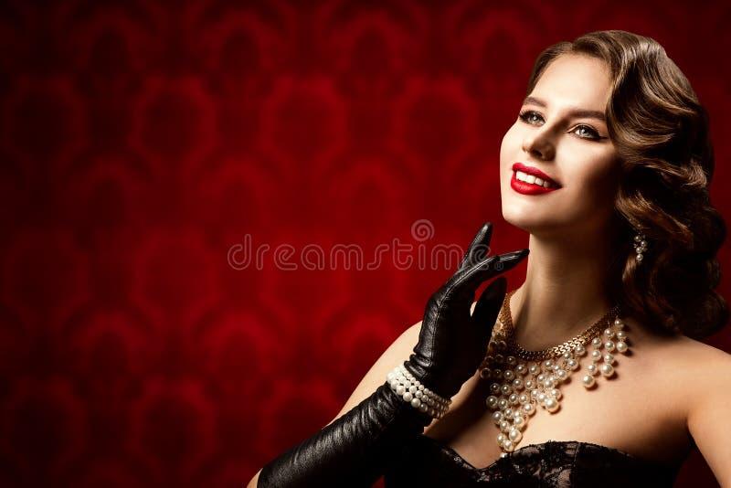 Beleza Retro Mulher, Modelo Elegante De Moda Compõe Cabelo imagens de stock