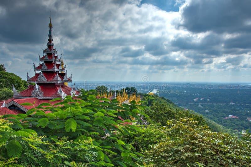 A beleza surpreendente do pagode Sutaungpyei quecumpre literalmente foto de stock
