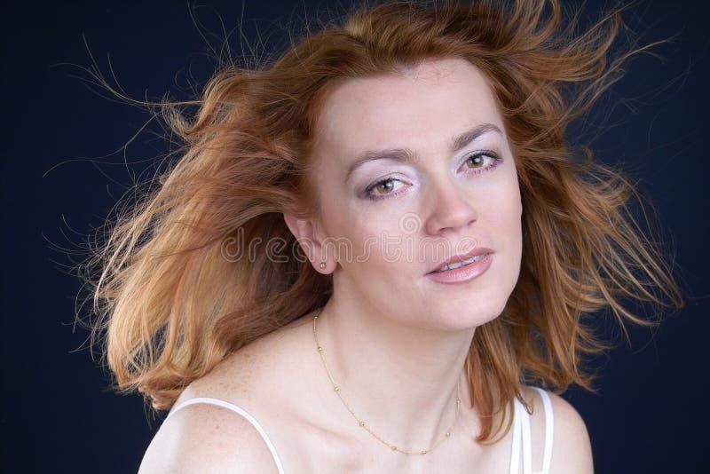 Beleza vermelha do cabelo foto de stock