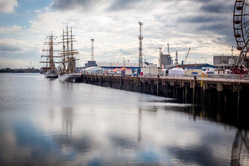 Belfast dokt lang schip en Reuzenrad stock afbeeldingen