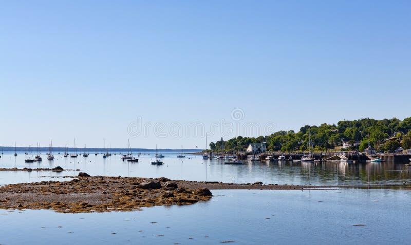 Belfast Maine schronienie na letnim dniu z odległymi żaglówkami w czasie odpływu morza obraz stock