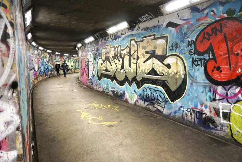 belfast NOORD-IERLAND - Oktober 07, 2018: Een tunnel onder een weg voor gebruik door voetgangers door graffiti wordt geschilderd  royalty-vrije stock afbeelding