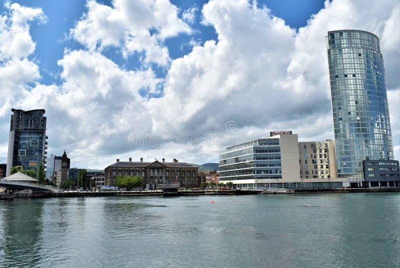 Belfast onder wolken stock afbeelding