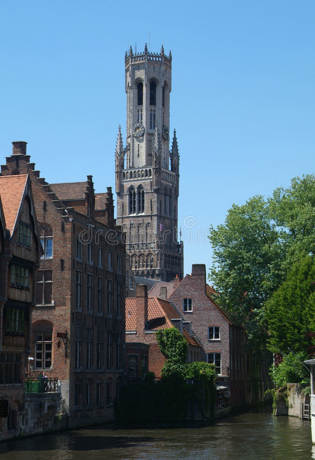 Belfort Brugge met water stock afbeelding