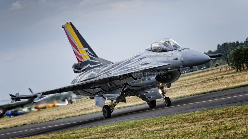 Belgaren visar solo F-16 royaltyfria bilder