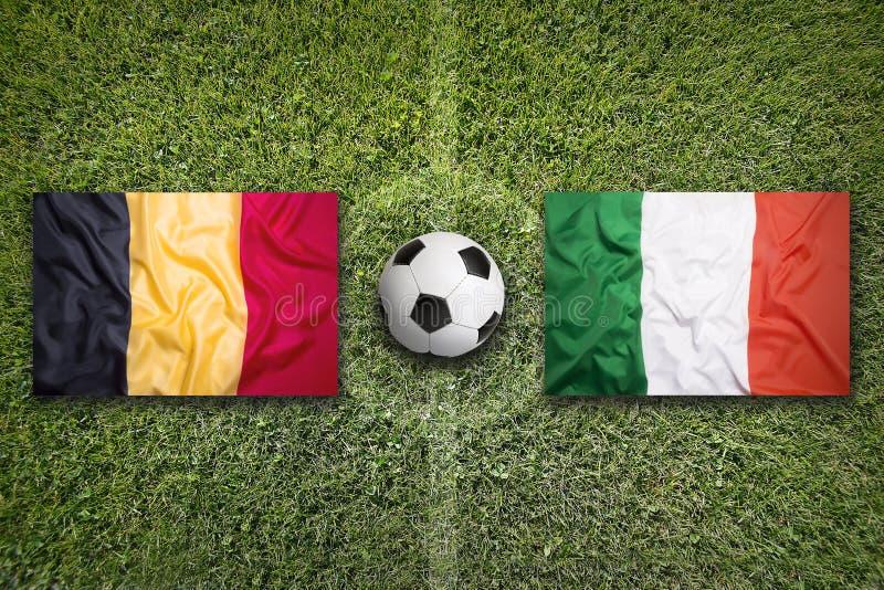 België versus De vlaggen van Italië op voetbalgebied royalty-vrije stock afbeeldingen