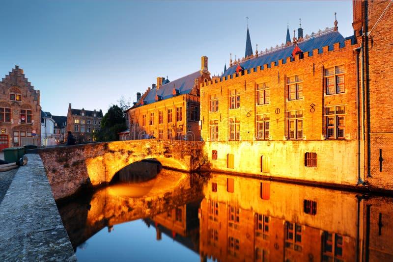 Belgia - Dziejowy centre Bruges rzeki widok Starzy Brugge budynki odbija w wodnym kanale obraz stock
