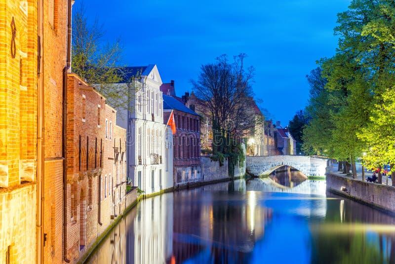 Belgien bruges Nattsikt av stadskanalen och den medeltida arkitekten arkivbild