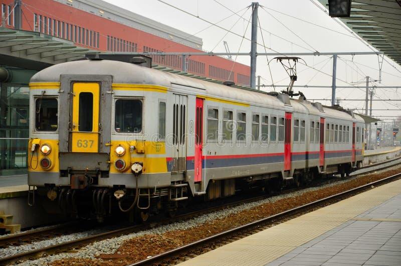 Belgien järnvägpendeltåg på den Brugge stationen arkivbilder