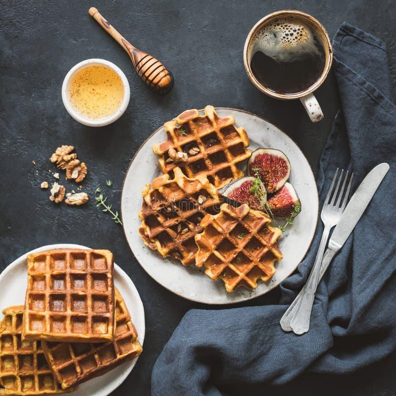 Belgijscy gofry z figami i miodem dla śniadania zdjęcia royalty free