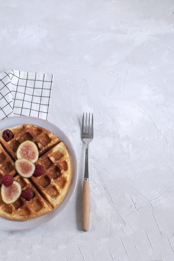 Belgijscy gofry Zwalniają karmowe śniadaniowe pojęcie fig malinki zdjęcie stock