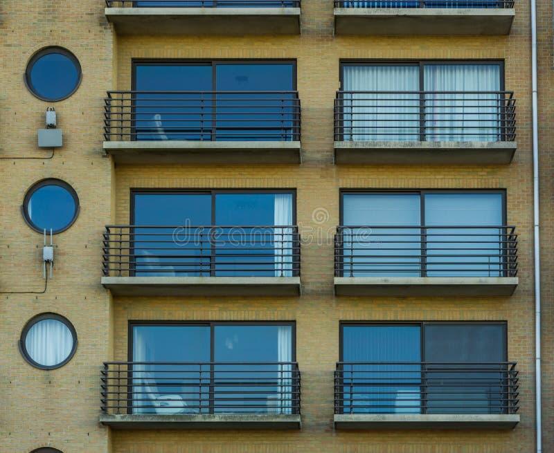 Belgijscy mieszkania z okno i balkony, miasta Belgium architektura zdjęcia stock