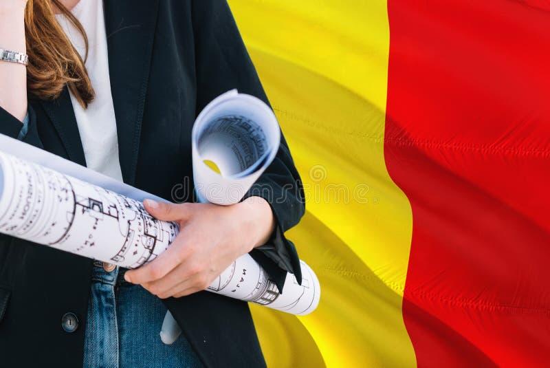 Belgijski architekt kobiety mienia projekt przeciw Belgia falowania flagi tłu Budowy i architektury poj?cie zdjęcia royalty free
