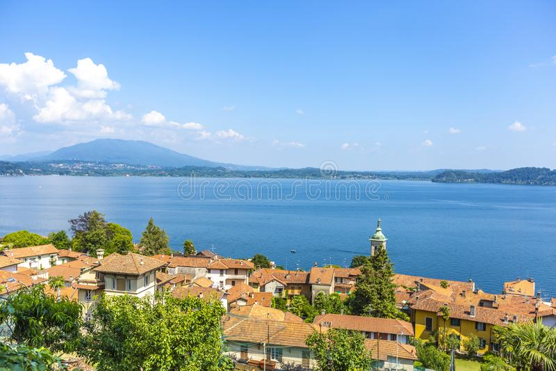 Belgirate le long du bord de lac du lac Maggiore, Italie images stock