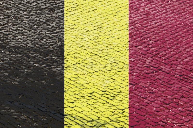 Belgische Flagge auf einem Kopfstein-Straßen-Muster stock abbildung