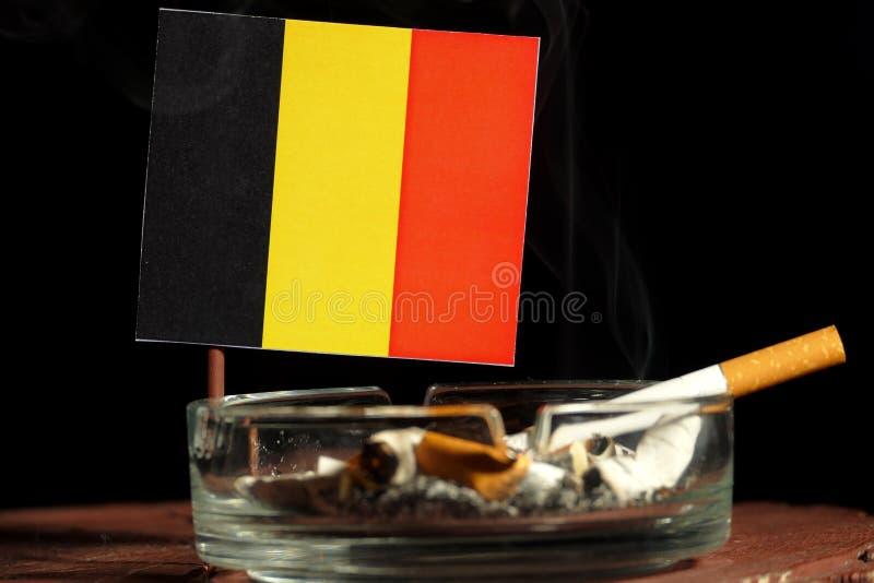 Download Belgische Flagge Mit Brennender Zigarette Im Aschenbecher Lokalisiert Auf Schwarzem Stockfoto - Bild von auslegung, fabriken: 96934276