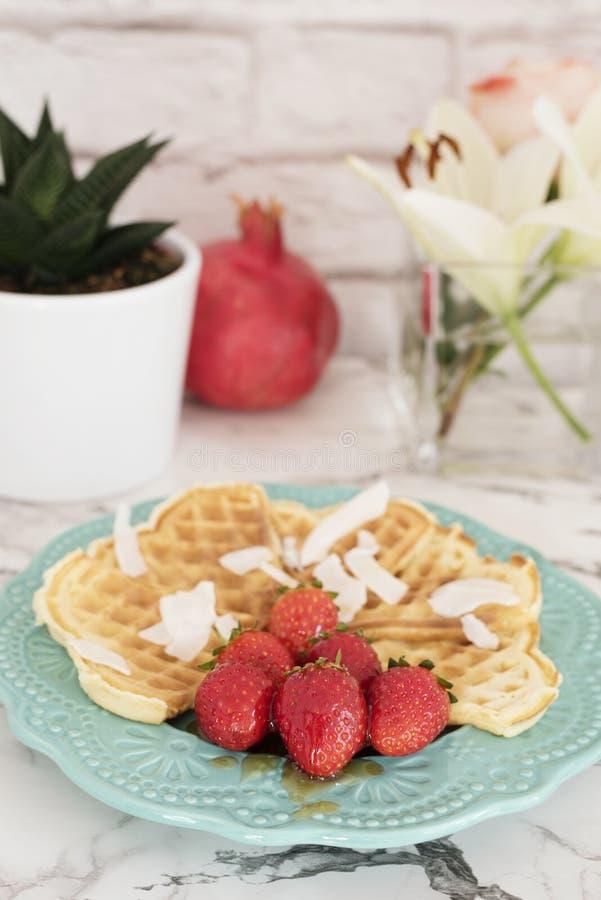 Belgische hart gevormde wafels met aardbeien en kokosnotenspaanders stock foto's