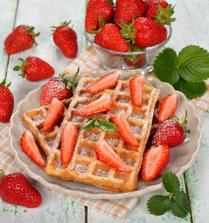 Belgische wafels met aardbeien royalty-vrije stock afbeelding