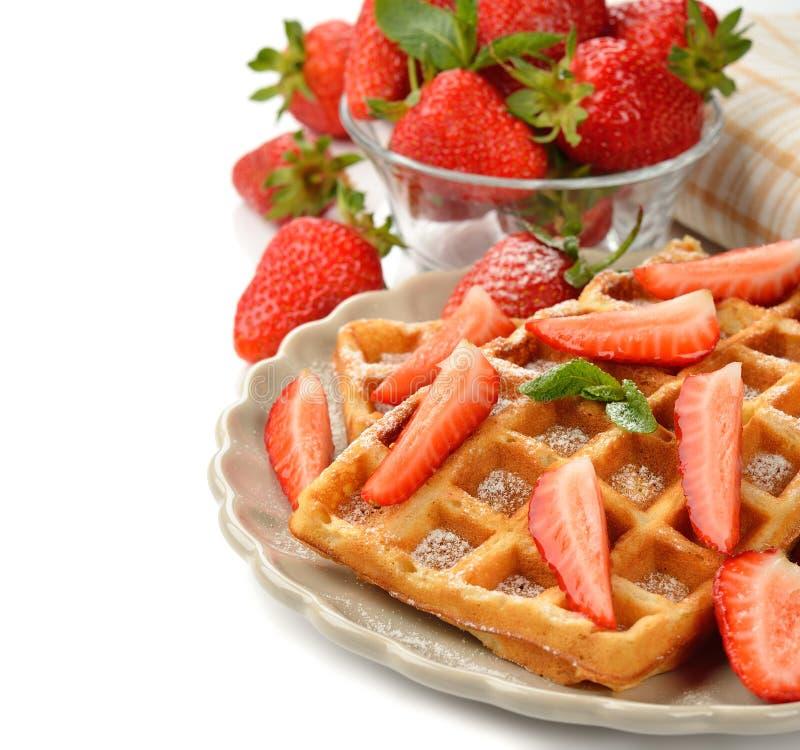 Belgische wafels met aardbeien stock foto's