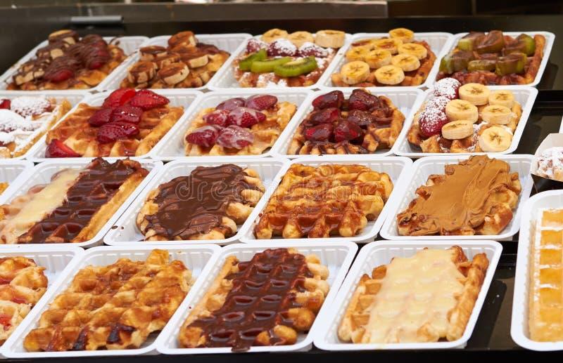 Belgische wafels met aardbeien en chocolade stock afbeelding