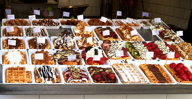 Belgische wafels met aardbeien en chocolade stock afbeeldingen